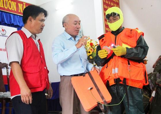 Tặng 500 bộ áo phao, phao cứu sinh cho ngư dân Phú Yên đi biển ảnh 6