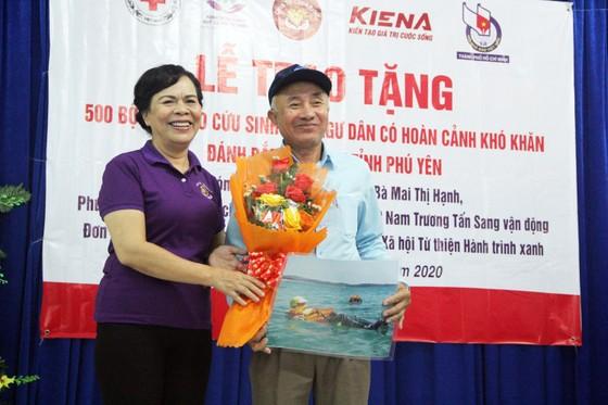 Tặng 500 bộ áo phao, phao cứu sinh cho ngư dân Phú Yên đi biển ảnh 7