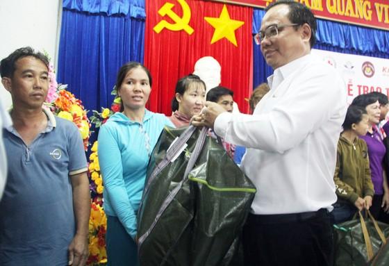Tặng 500 bộ áo phao, phao cứu sinh cho ngư dân Phú Yên đi biển ảnh 2