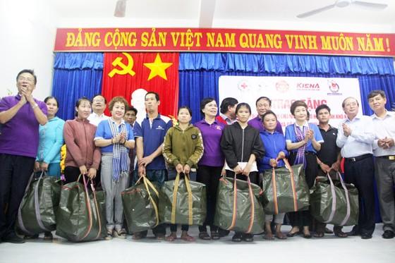 Tặng 500 bộ áo phao, phao cứu sinh cho ngư dân Phú Yên đi biển ảnh 3