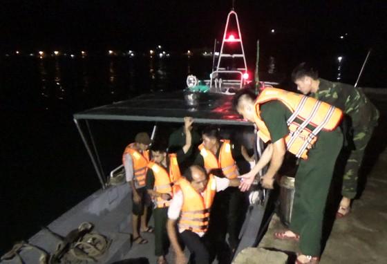 Va vào xác tàu đắm, tàu cá chìm trên vịnh Quy Nhơn ảnh 1