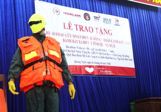Trao 500 áo phao cho ngư dân nghèo Quảng Ngãi ảnh 2