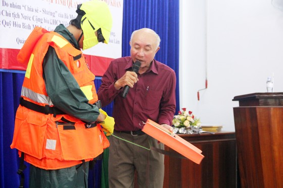 Trao 500 áo phao cho ngư dân nghèo Quảng Ngãi ảnh 8