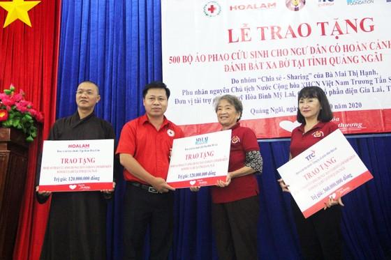 Trao 500 áo phao cho ngư dân nghèo Quảng Ngãi ảnh 4