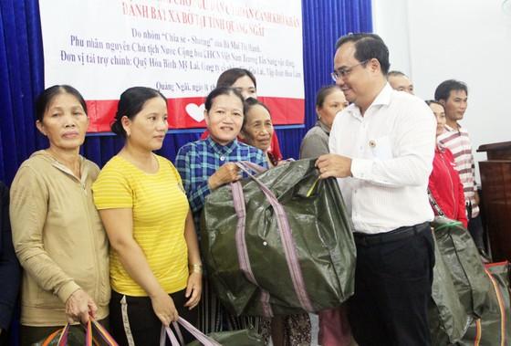 Trao 500 áo phao cho ngư dân nghèo Quảng Ngãi ảnh 3