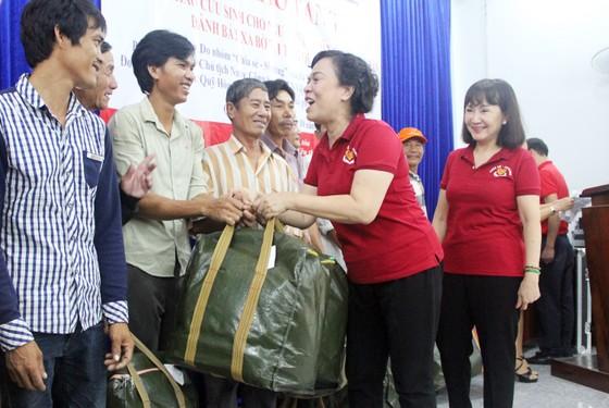 Trao 500 áo phao cho ngư dân nghèo Quảng Ngãi ảnh 1