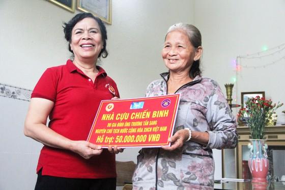Trao 500 áo phao cho ngư dân nghèo Quảng Ngãi ảnh 5