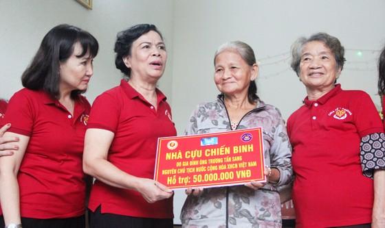 Trao 500 áo phao cho ngư dân nghèo Quảng Ngãi ảnh 6