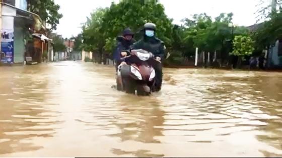 Nhiều vùng dân ở Quảng Ngãi bị ngập lụt, chia cắt ảnh 2