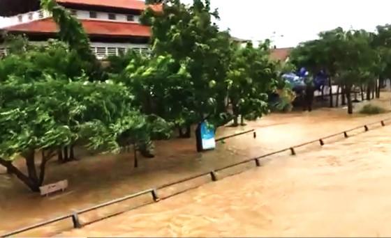 Nhiều vùng dân ở Quảng Ngãi bị ngập lụt, chia cắt ảnh 1