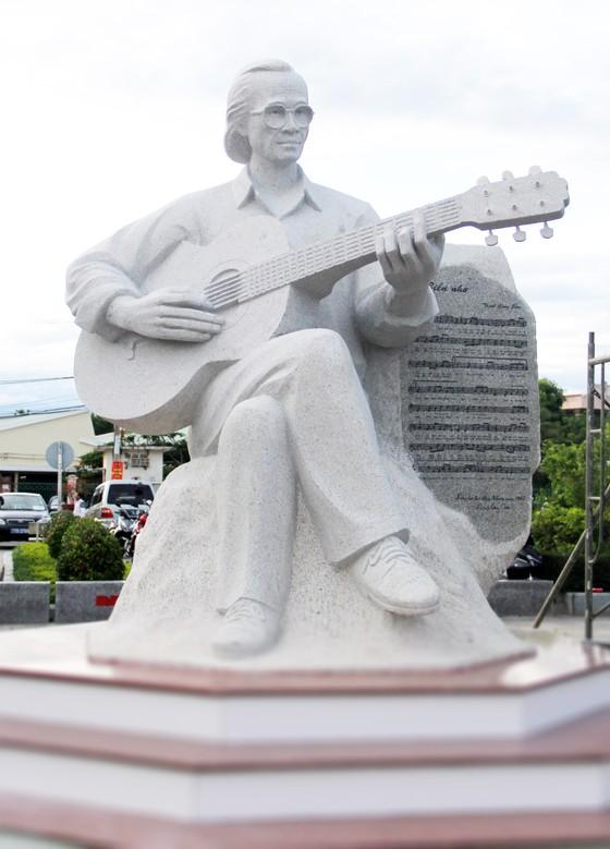 Khánh thành Tượng nghệ thuật Trịnh Công Sơn bên bờ biển Quy Nhơn ảnh 2
