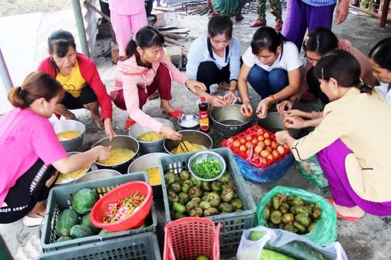 Xúc động cảnh người dân quyên góp, nấu ăn cho bộ đội tìm kiếm người mất tích ở Rào Trăng 3 ảnh 1