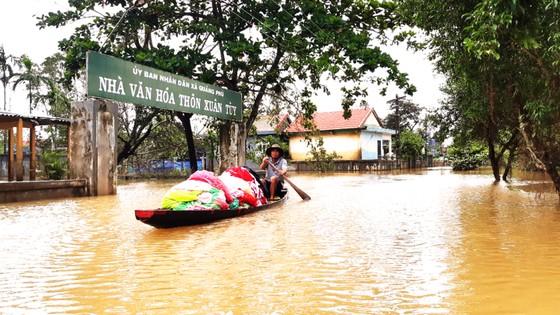Người dân cố đô Huế lại bì bõm lội lụt sau 2 ngày mưa tầm tã ảnh 20