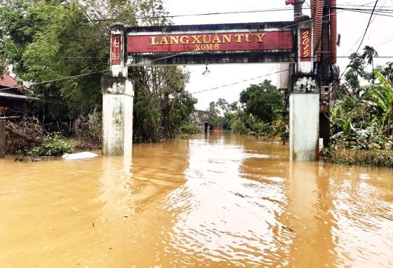 Người dân cố đô Huế lại bì bõm lội lụt sau 2 ngày mưa tầm tã ảnh 19