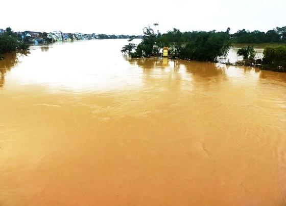 Người dân cố đô Huế lại bì bõm lội lụt sau 2 ngày mưa tầm tã ảnh 13