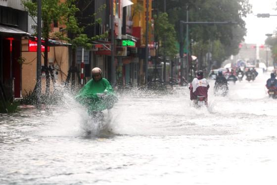 Người dân cố đô Huế lại bì bõm lội lụt sau 2 ngày mưa tầm tã ảnh 2