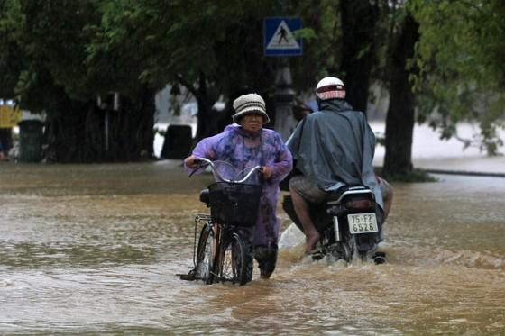 Người dân cố đô Huế lại bì bõm lội lụt sau 2 ngày mưa tầm tã ảnh 6
