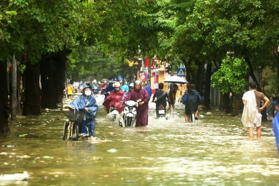 Người dân cố đô Huế lại bì bõm lội lụt sau 2 ngày mưa tầm tã ảnh 3