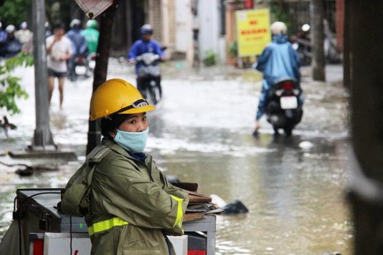 Người dân cố đô Huế lại bì bõm lội lụt sau 2 ngày mưa tầm tã ảnh 5