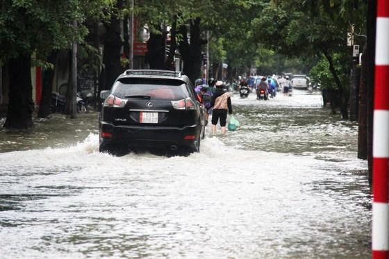 Người dân cố đô Huế lại bì bõm lội lụt sau 2 ngày mưa tầm tã ảnh 4