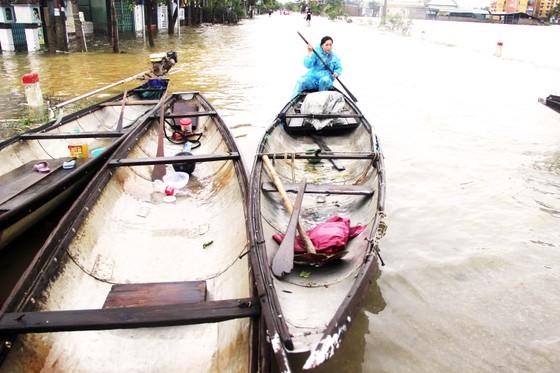 Người dân cố đô Huế lại bì bõm lội lụt sau 2 ngày mưa tầm tã ảnh 17