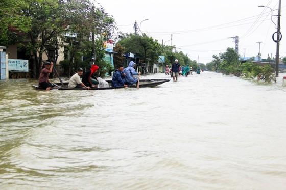 Người dân cố đô Huế lại bì bõm lội lụt sau 2 ngày mưa tầm tã ảnh 16