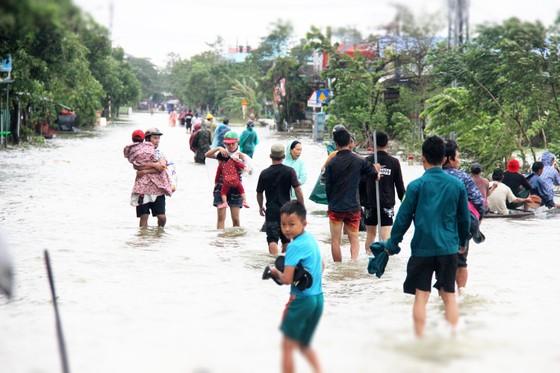 Người dân cố đô Huế lại bì bõm lội lụt sau 2 ngày mưa tầm tã ảnh 9