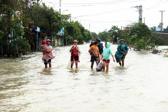 Người dân cố đô Huế lại bì bõm lội lụt sau 2 ngày mưa tầm tã ảnh 1