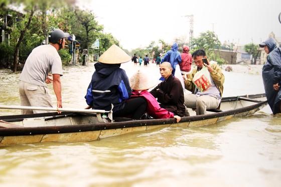 Người dân cố đô Huế lại bì bõm lội lụt sau 2 ngày mưa tầm tã ảnh 10