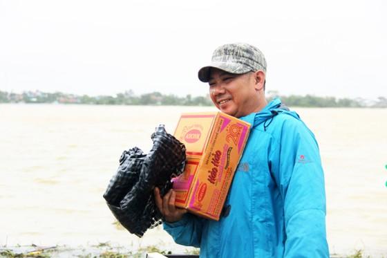 Người dân cố đô Huế lại bì bõm lội lụt sau 2 ngày mưa tầm tã ảnh 11