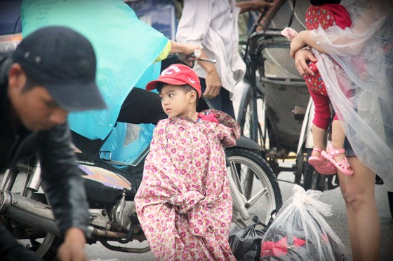 Người dân cố đô Huế lại bì bõm lội lụt sau 2 ngày mưa tầm tã ảnh 14