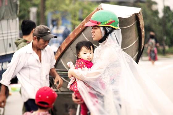 Người dân cố đô Huế lại bì bõm lội lụt sau 2 ngày mưa tầm tã ảnh 12