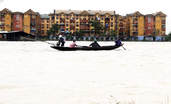 Người dân cố đô Huế lại bì bõm lội lụt sau 2 ngày mưa tầm tã ảnh 8