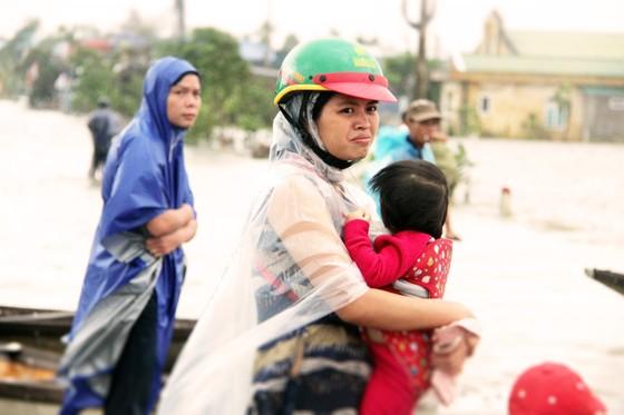 Người dân cố đô Huế lại bì bõm lội lụt sau 2 ngày mưa tầm tã ảnh 15