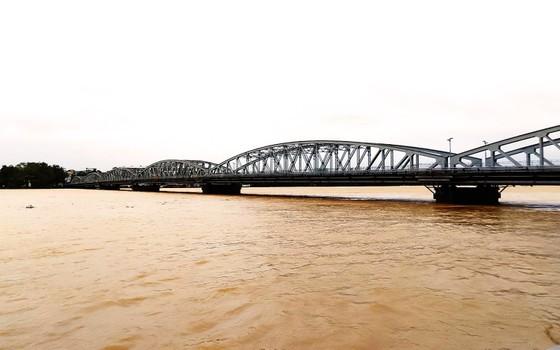 Người dân cố đô Huế lại bì bõm lội lụt sau 2 ngày mưa tầm tã ảnh 18
