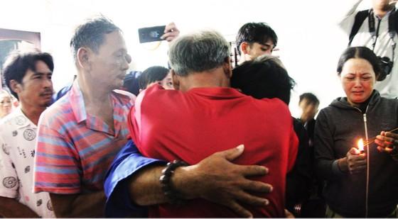 Vụ 2 tàu cá Bình Định chìm giữa biển: 3 ngư dân ăn xốp, uống nước mưa sống sót ảnh 2