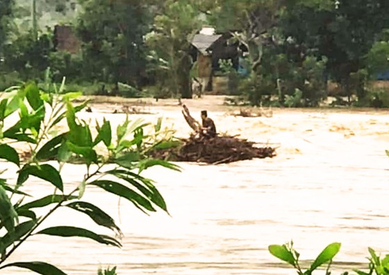 Cứu hộ thành công người đàn ông bị lũ vây giữa sông ảnh 1