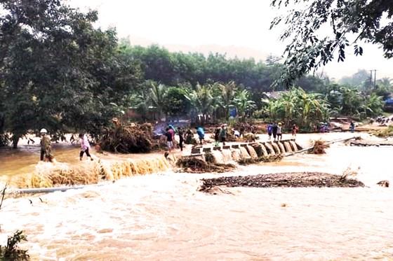 Mưa lũ chia cắt 1 xã miền núi, gây sạt lở nặng tại thủy điện Vĩnh Sơn 5 ảnh 3