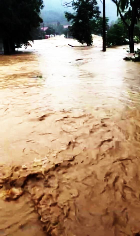 Mưa lũ chia cắt 1 xã miền núi, gây sạt lở nặng tại thủy điện Vĩnh Sơn 5 ảnh 1