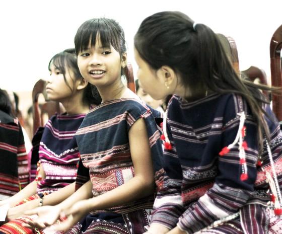 Trao học bổng Vừ A Dính cho học sinh nghèo vượt khó học giỏi ảnh 2