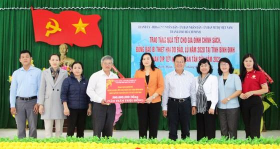 TPHCM tặng quà tết người dân Bình Định ảnh 1