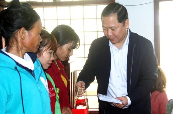 Tặng quà tết cho người dân nghèo miền núi Bình Định ảnh 1