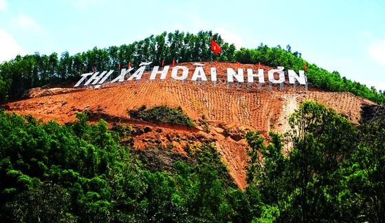 Khẩn trương trồng lại rừng ở công trình 'khoét núi' thị xã Hoài Nhơn ảnh 1