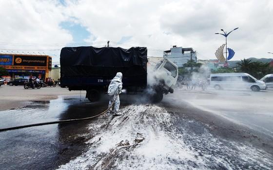 Xe tải chở dầu điều bất ngờ bốc cháy trên quốc lộ 1A ảnh 1