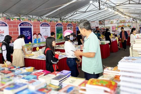 Hội sách Phú Yên quyên góp tủ sách Trường Sa ảnh 2