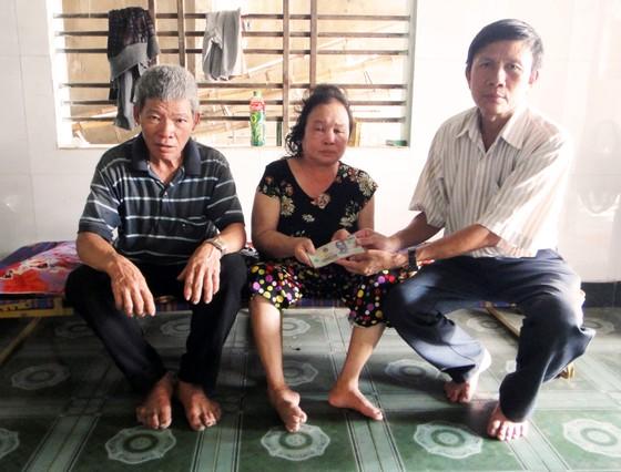 Trao tiền bạn đọc Báo SGGP hỗ trợ vợ chồng già hái dừa thuê ảnh 1