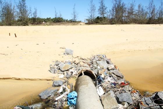 Xuất hiện cống xả nước thải đen ngòm ra bãi biển Bình Định ảnh 3