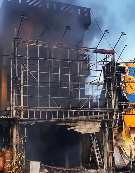 Cháy tòa nhà 3 tầng, 4 người trong ngôi nhà chạy thoát ảnh 3