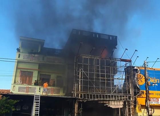 Cháy tòa nhà 3 tầng, 4 người trong ngôi nhà chạy thoát ảnh 5