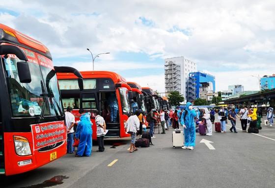 20 chuyến xe đón gần 400 người dân Phú Yên từ TPHCM về quê ảnh 8